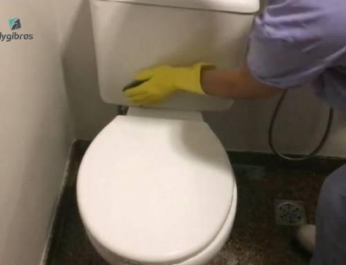 Como lavar banheiro e desinfetá-lo corretamente